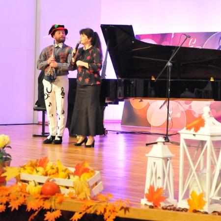 15.11.2020 Wędrówki po pięciolinii - Pan Listopad gra na basie. fot. Anna Przybylska-Głowacka